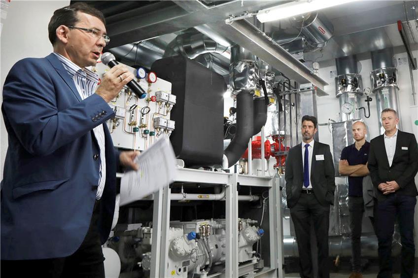 https://www.tagblatt.de/Nachrichten/Kraftwerk-Modernisierung-Typisch-fuer-Tuebingen-371000.html http://www.tagblatt.de/Bilder/Peter-Kaiser-links-erklaert-die-neue-Waermepumpe-Bild-Faden-542221l.jpg