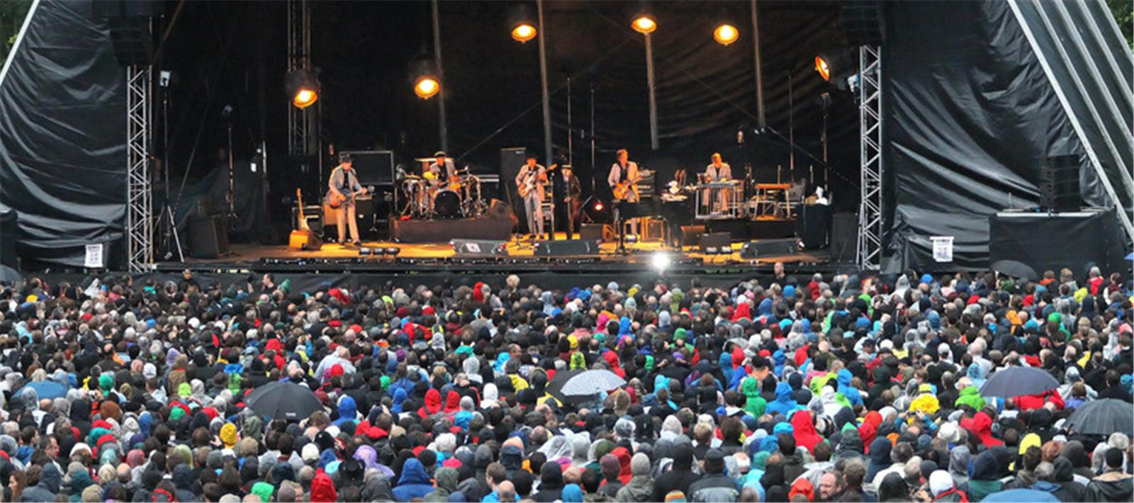 Da waren die Ränge noch voll  Das Konzert von Bob Dylan (ganz in Schwarz  auf der Bühnenmitte) am Sonntagabend in den Mühlbachäckern war ausverkauft. 65f5ac7415
